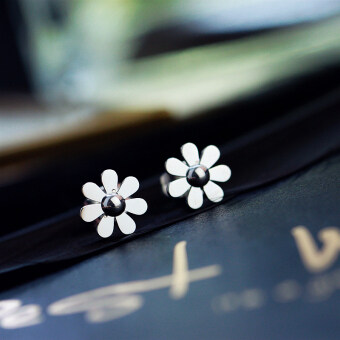 Small Z excellent product Korea minimalist plated 18K gold Daisy petals sweet small earrings female titanium steel earrings gift